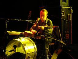 Yoshi Hampl Solo = Straßenmusiker und Rocktrio in einer Person (!)